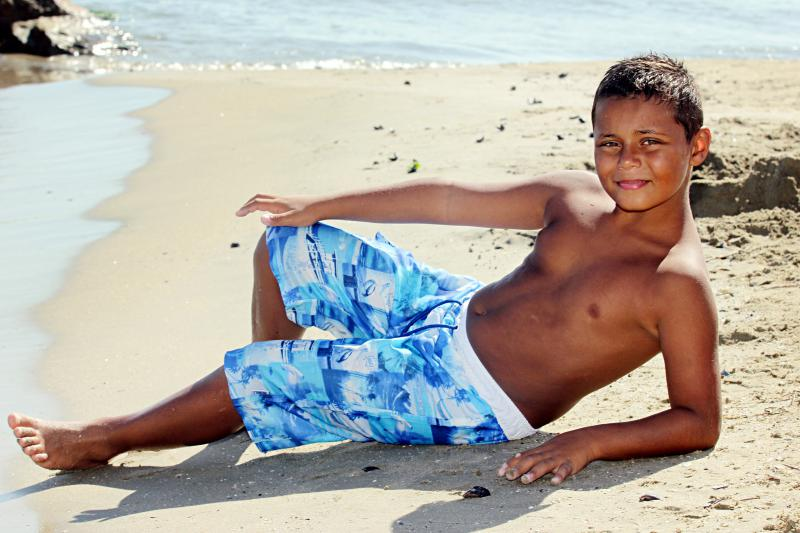 Caroline Receveur torride à la plage avec un maillot de
